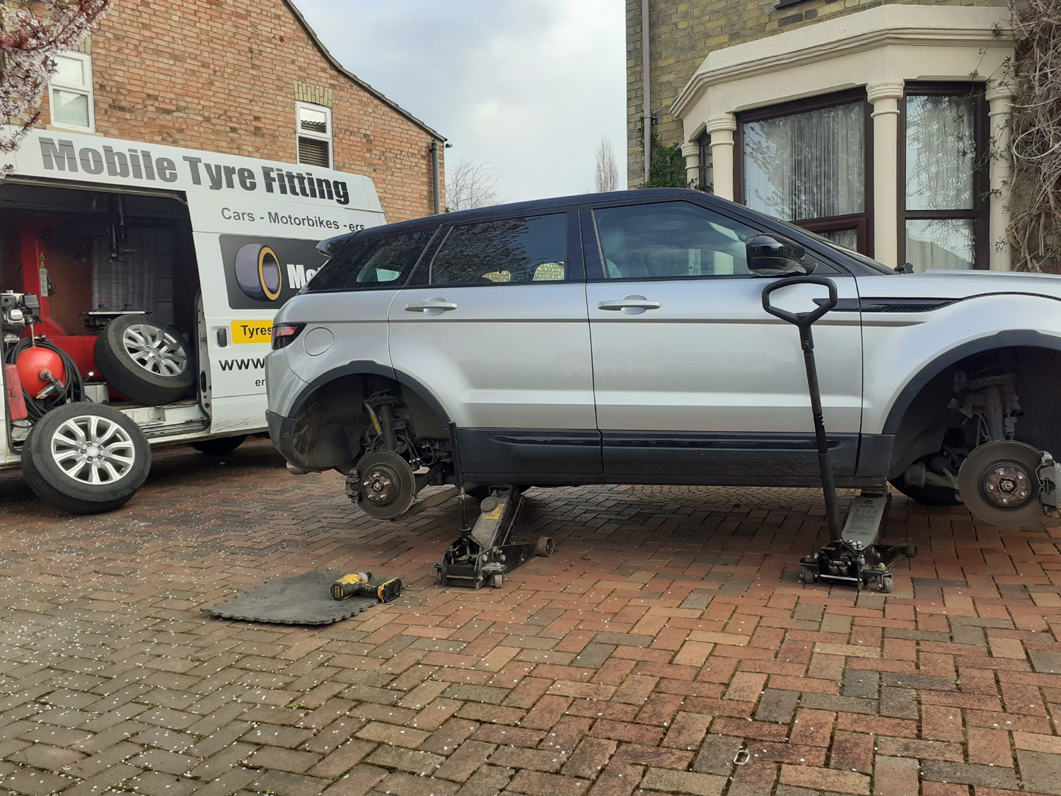 Mototyres 2 u Mobile Tyre fitting Lincolnshire Holbeach Tyres Range Rover Evoque 4x4 Mobile Tyre Fitting Holbeach Tyres Mototyres 2 u Lincolnshire
